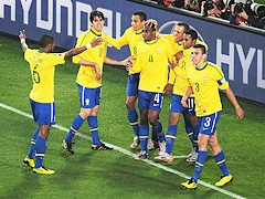 Бразилия разгромила Чили и вышла на Голландию