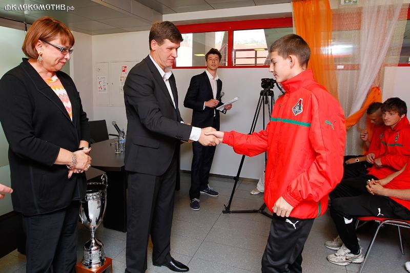 Награждение команд 1995 и 1998 годов рождения.