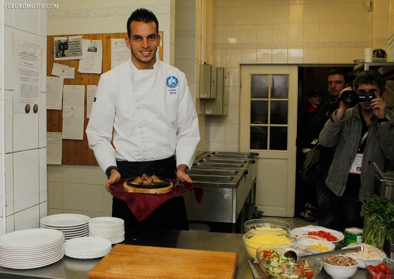 Гилерме накормил бразильским блюдом посетителей «Вагона»