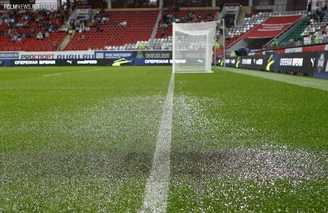 Дождь подпортил поле «Локомотива», и начало матча пришлось отложить на 1 час 15 минут.