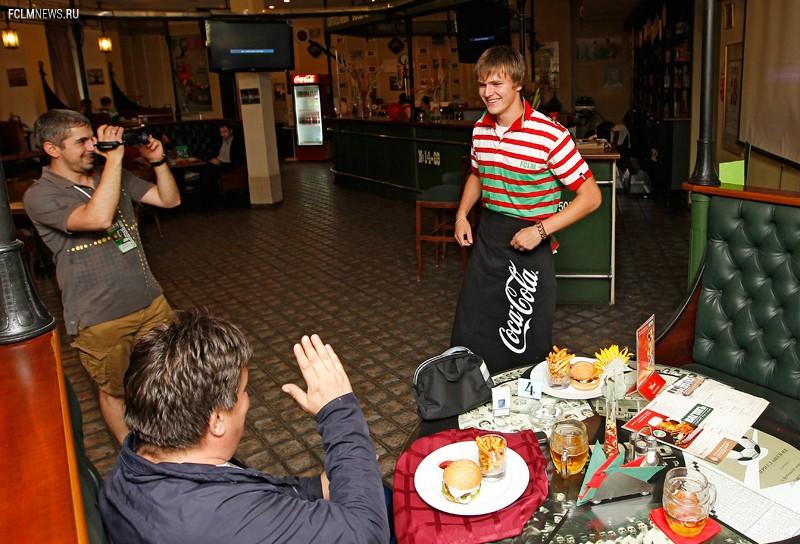 Лысцов поработал официантом в «Вагоне»