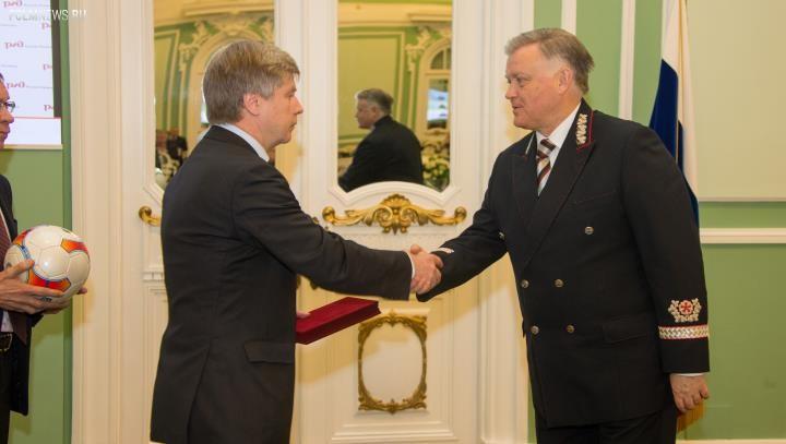 Николай Толстых наградил Владимира Якунина за развитие детского и юношеского футбола