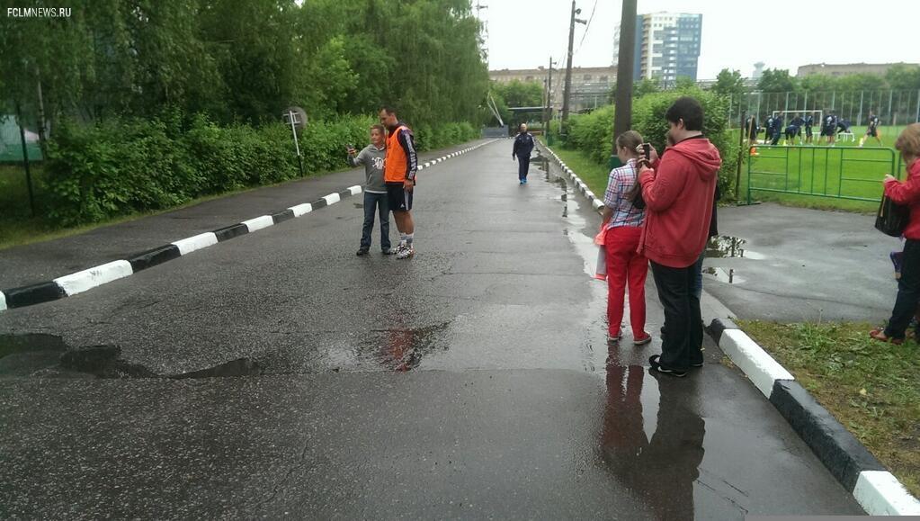Футболисты сборной России во время тренировки раздали автографы детям