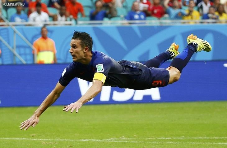 Робин ван Перси забивает первый мяч в ворота сборной Испании. Фото: Reuters