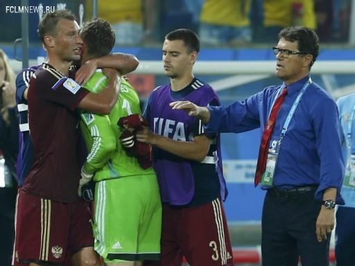 Партнеры утешают Игоря Акинфеева Источник: Reuters