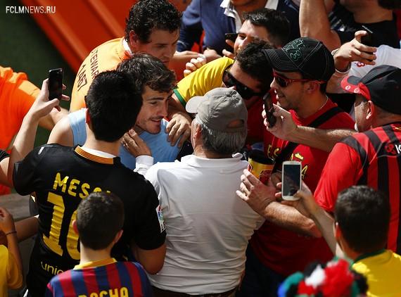 Икер Касильяс после матча пообщался с болельщиками. Источник: Reuters