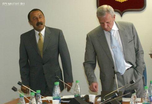 2002 год. На тот момент - президент РФС Вячеслав КОЛОСКОВ (справа) и главный тренер сборной России Валерий ГАЗЗАЕВ.