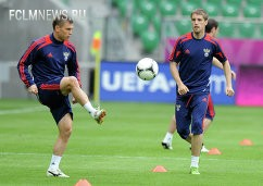 Марат Измайлов и Дмитрий Комбаров (слева направо) на тренировке сборной России по футболу перед матчем с чешской сборной в Вроцлаве.