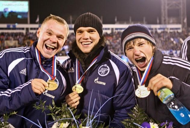 Игроки «Зенита» Александр Анюков, Игорь Денисов и Андрей Аршавин (слева направо) на церемонии награждения. ИТАР-ТАСС.