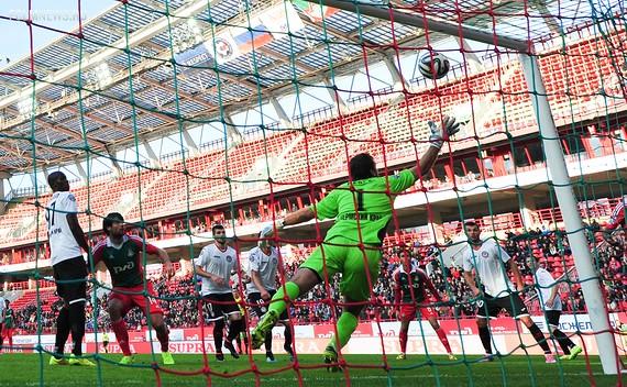 Ведран Чорлука рукой отправляет мяч в ворота «Амкара» Источник: Sovsport.ru