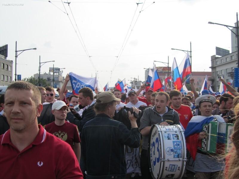 Организованное шествие российских болельщиков перед матчем в Стокгольме