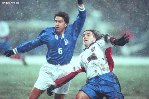 Алессандро Костакурта бьется с Сергеем Юраном под аккомпанемент снегопада. Фото ТАСС