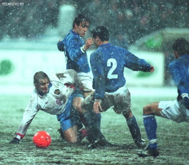 Юран ведет борьбу за мяч с ошарашенными погодой итальянцами. Фото ТАСС