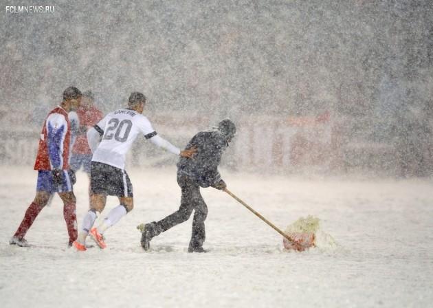 Защитник сборной США Джефф Кэмерон поторапливает человека, расчищающего снег. Фото AP