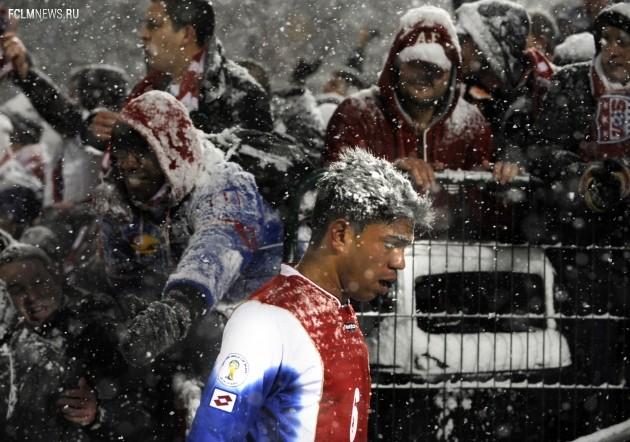 Костариканский футболист Хуан Диего Мадригал на самом деле не седой — это у него снег на голове. Фото AP