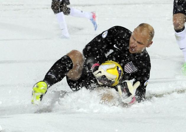 Голкиперу сборной США Брэду Гузану приходилось доставать мяч из сугробов. Фото AP
