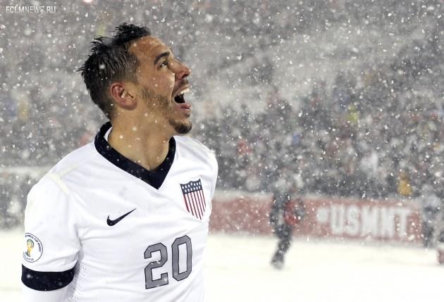 Футболист сборной США Кэмерон пробует снег на язык. Фото AP