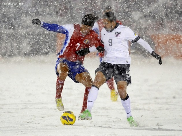 Борьба за желтый мяч. Фото AP