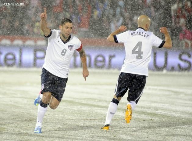 Клинт Дэмпси (слева) только что забил победный гол. Фото AP