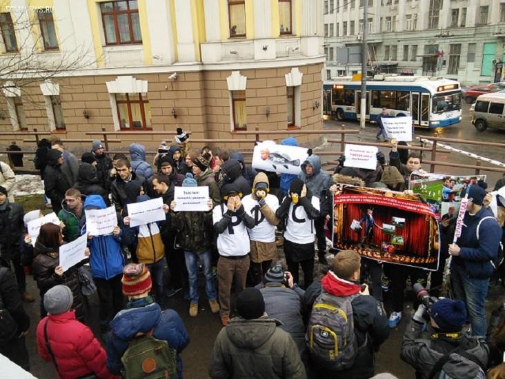 Около Дома футбола начался митинг против Толстых