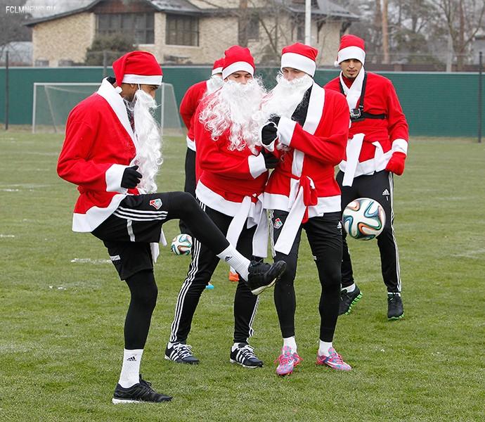 Новый год и футбол в картинках