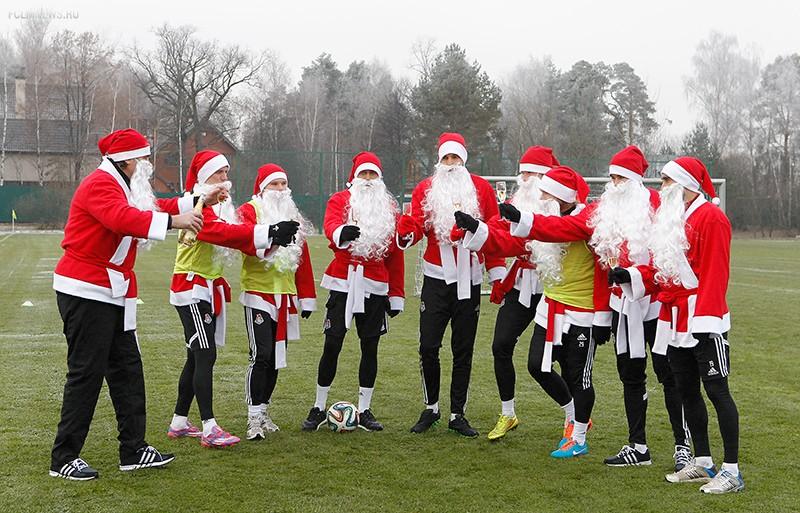 Открытки новым, новогодние картинки футболистам