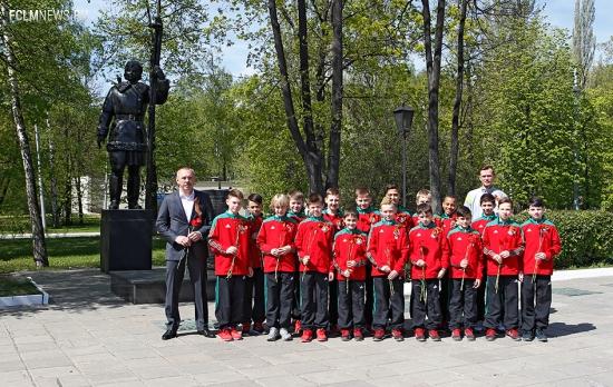 Юные футболисты «Локомотива» почтили память Любови Кулаковой