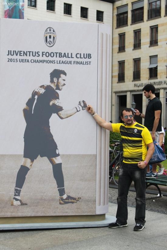 Как болельщики «Барсы» и «Юве» зажигают в центре Берлина (+фото)