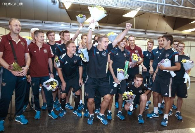 Юношеская сборная РФ по футболу, завоевавшая серебро ЧЕ, вернулась в Россию