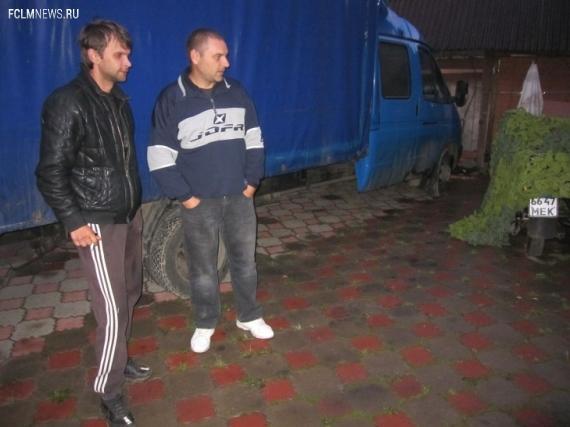 На этом грузовичке Алексей Бугаев (слева) с напарником Серегой колесят по России