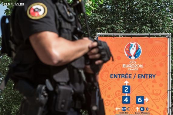 Во Франции полицейские с автоматами ворвались в отель с фанатами из России