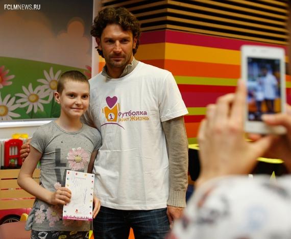 Денисов и Чорлука в Центре детской гематологии