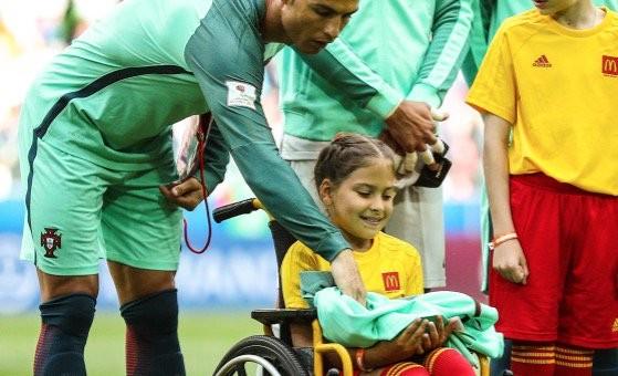 Роналду обменялся подарками с девочкой-колясочницей Полиной