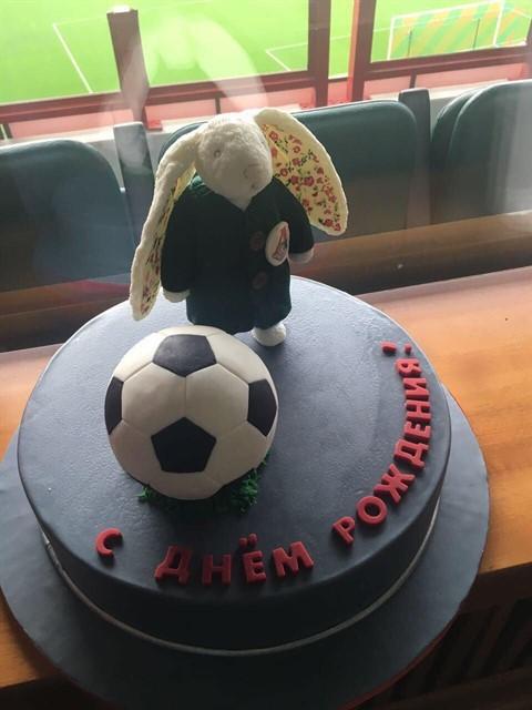 Сотрудники «Локомотива» в шутливой форме поздравили Геркуса с 45-летием, подарив зайца и торт
