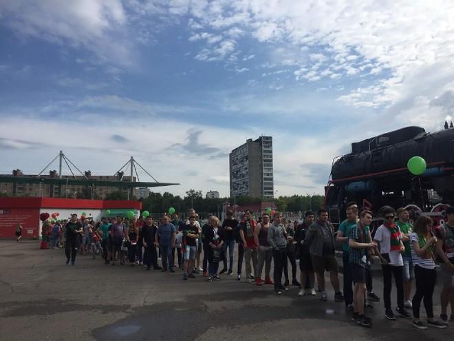 Возле стадиона «Локомотив» выстроилась большая очередь за автографом В. Денисова